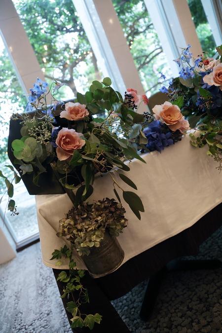 秋の装花 レストランFEU様へ お母様の愛情とウェルカムドッグのカブくんと_a0042928_119323.jpg