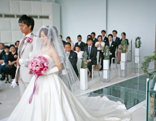 ピンクイブピアチェ、イブミオラ、ラネクドウッドとイブピアチェ レッドペッパーベリー添え珠玉のバラのクラッチブーケ 2/3  花嫁様からいただいたお写真 東京目黒不動前フラワースタジオフローラフローラ_a0115684_19101536.jpg