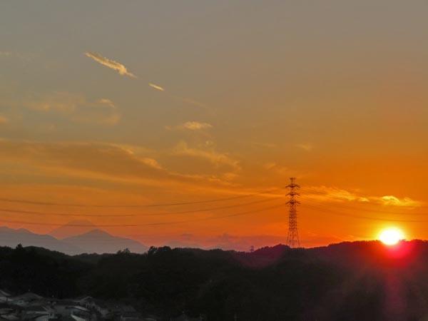 夕日とほぼ丸い月_e0133780_18210478.jpg