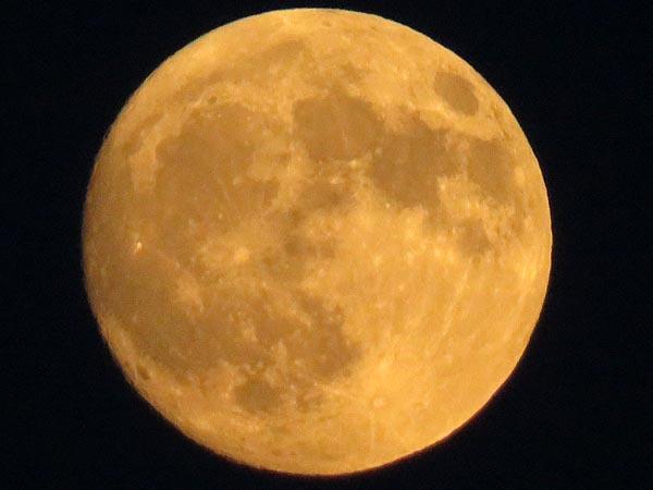 夕日とほぼ丸い月_e0133780_18262850.jpg