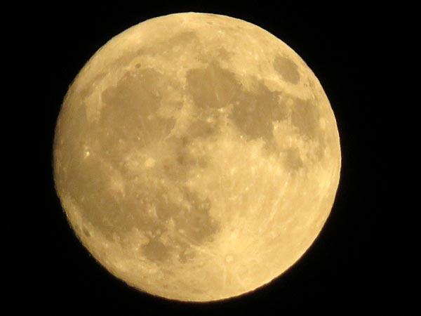 夕日とほぼ丸い月_e0133780_18282316.jpg