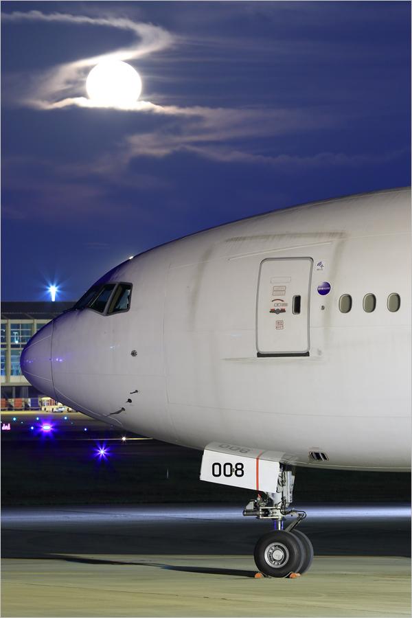 落月 - 福岡空港_c0308259_23450453.jpg