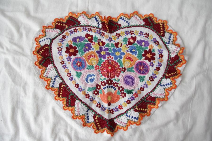カロタセグ地方のイーラーショシュ、古い刺繍の品々、イラスト・ポストカードが入荷しました。_b0142544_4401860.jpg