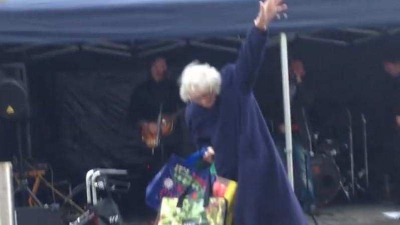 AC/DCで踊りまくるおばあちゃん_b0233987_14255664.jpg