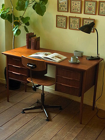 desk_c0139773_15401017.jpg