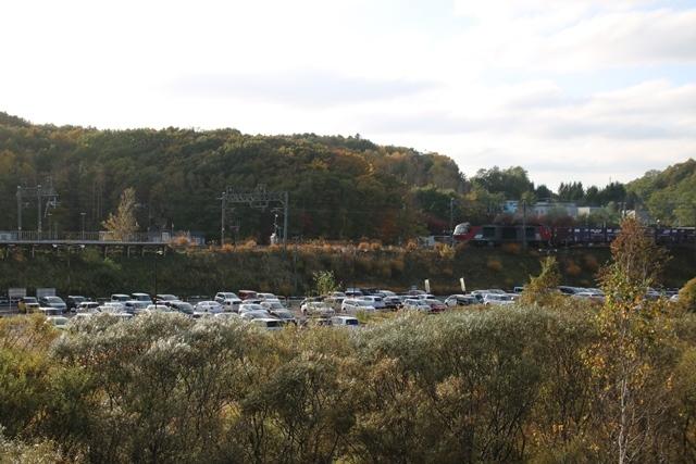 藤田八束鉄道の秋@貨物列車を追って千歳線上野幌からの写真。秋の山々を走る貨物列車レッドベア_d0181492_22530111.jpg