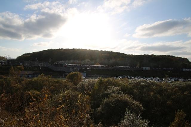 藤田八束鉄道の秋@貨物列車を追って千歳線上野幌からの写真。秋の山々を走る貨物列車レッドベア_d0181492_22535700.jpg