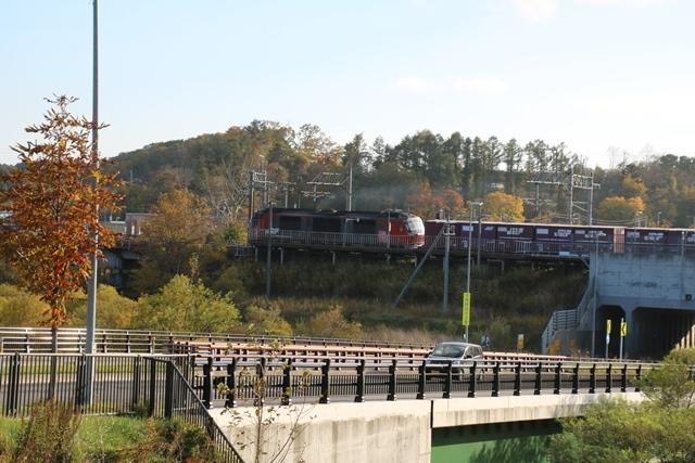 藤田八束鉄道の秋@貨物列車を追って千歳線上野幌からの写真。秋の山々を走る貨物列車レッドベア_d0181492_22542092.jpg