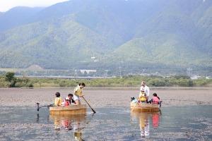 近江舞子内湖でたらい舟_e0008880_1127137.jpg