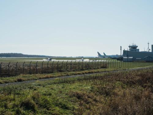 朝、晴天の「とかち帯広空港」と冠雪の日高山脈_f0276498_23074045.jpg