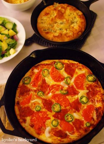 スキレット・ピザ2種類。美味しい市販のトマトソース_b0253205_00145632.jpg