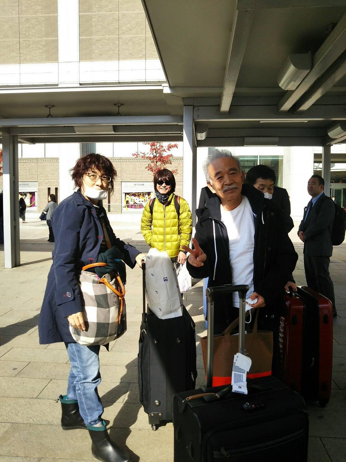 札幌駅に到着した途端 小川知子さんが撮影してくれた 山田パンダとフィンガー5の晃くん _b0096957_13574436.jpg