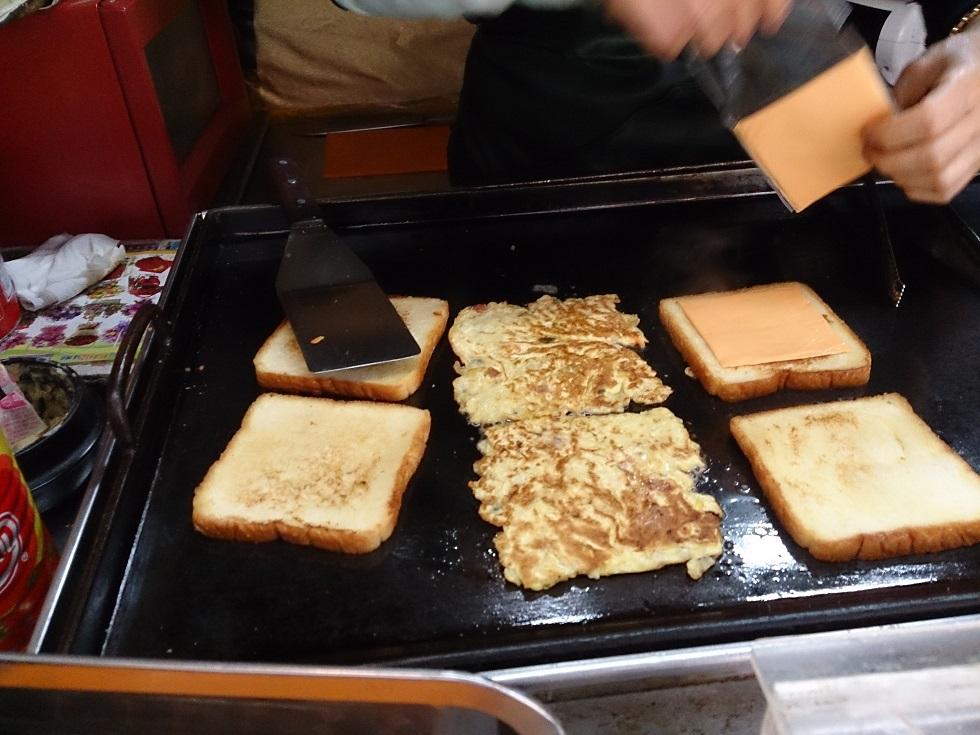 朝食はアジュンマのトーストです。_b0060363_10552225.jpg