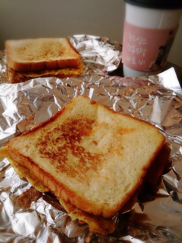 朝食はアジュンマのトーストです。_b0060363_10575953.jpg
