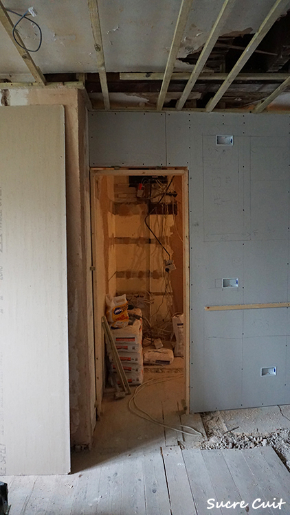 壁の枠組ができてきました。_c0127227_02384115.jpg