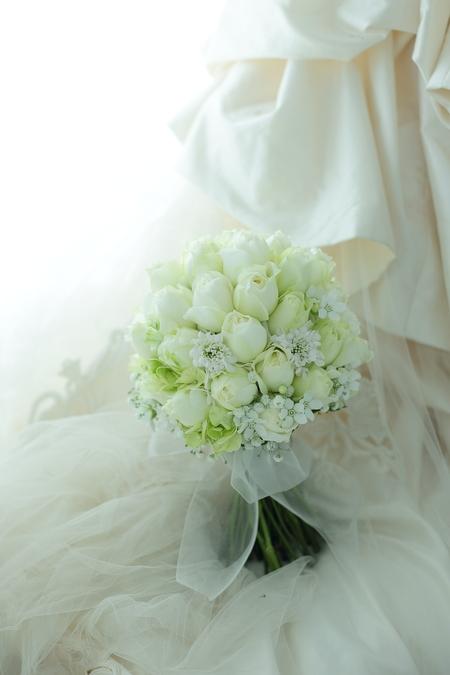 クラッチブーケ グランドプリンスホテル高輪様へ 白バラにホワイトスターとカスミソウを添えて_a0042928_11101777.jpg
