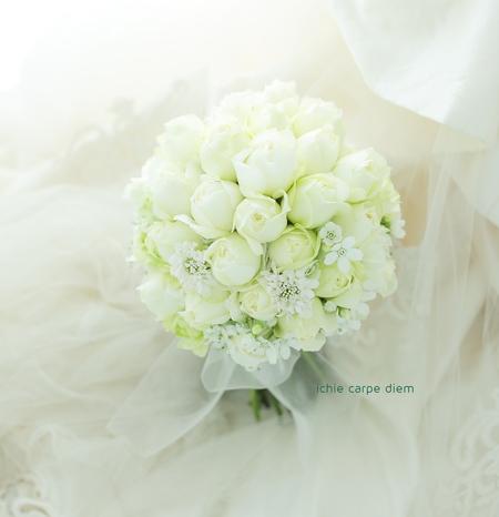 クラッチブーケ グランドプリンスホテル高輪様へ 白バラにホワイトスターとカスミソウを添えて_a0042928_11103352.jpg