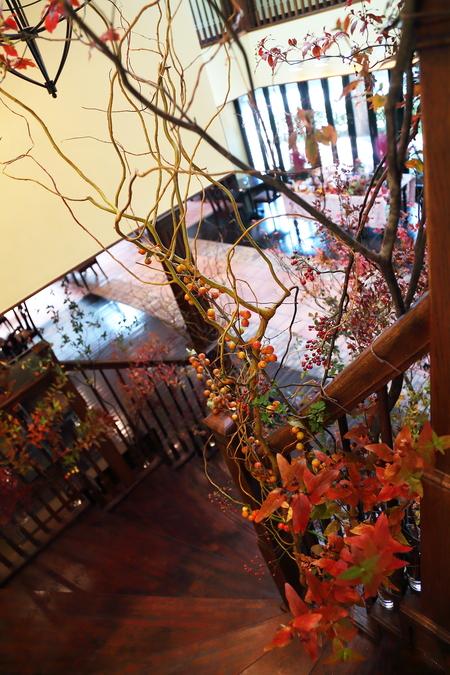秋、11月の装花 紅葉と実ものの階段装花 ザ・ハウス白金様へ_a0042928_21482861.jpg