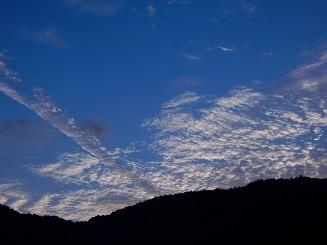 飛行機雲も育つ秋の空_e0175370_22271615.jpg