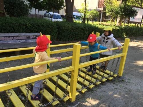 2・3歳児 くま・きりん組  どんぐり拾いへ_c0151262_12355815.jpg