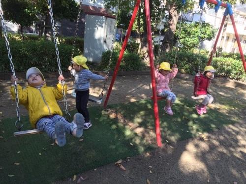 2・3歳児 くま・きりん組  どんぐり拾いへ_c0151262_12361275.jpg