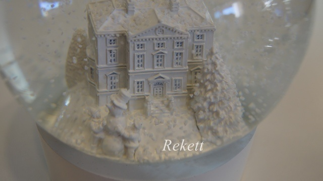 ウェッジウッド素敵なクリスマススノーグローブ&オーナメント!_f0029571_1921616.jpg