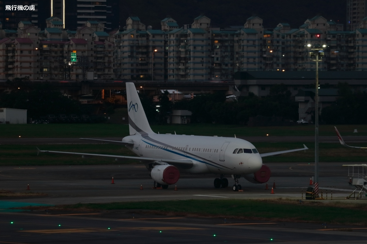 エンジンカバーの掛かった沖止め機材  A319  グローバル・ジェット・ルクセンブルク(SVW)_b0313338_10254008.jpg
