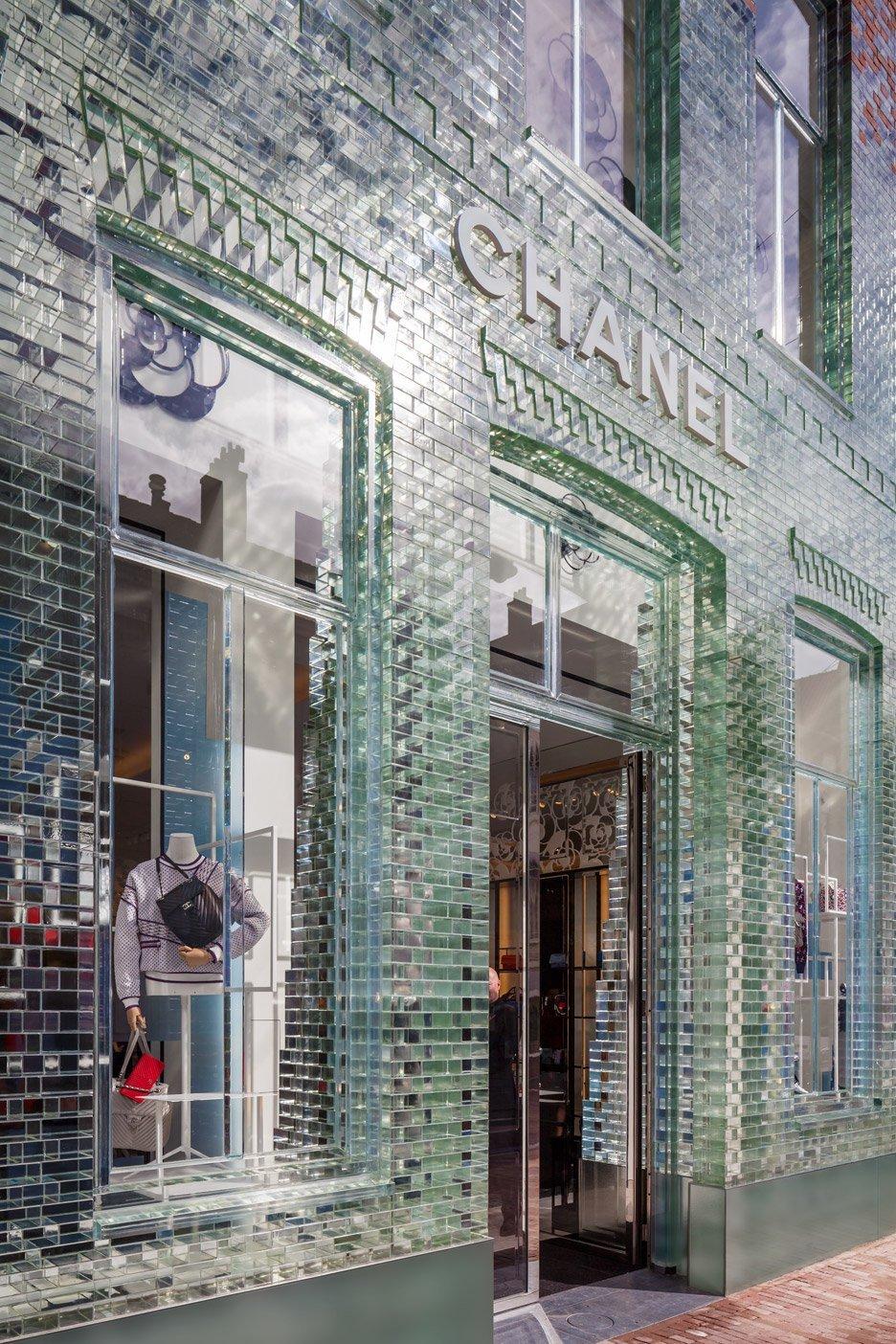 八巻多鶴子のおしゃれ通信(4):ガラスはコンクリートよりも強し!?CHANEL新店舗の大胆な改装_a0138976_14294523.jpg