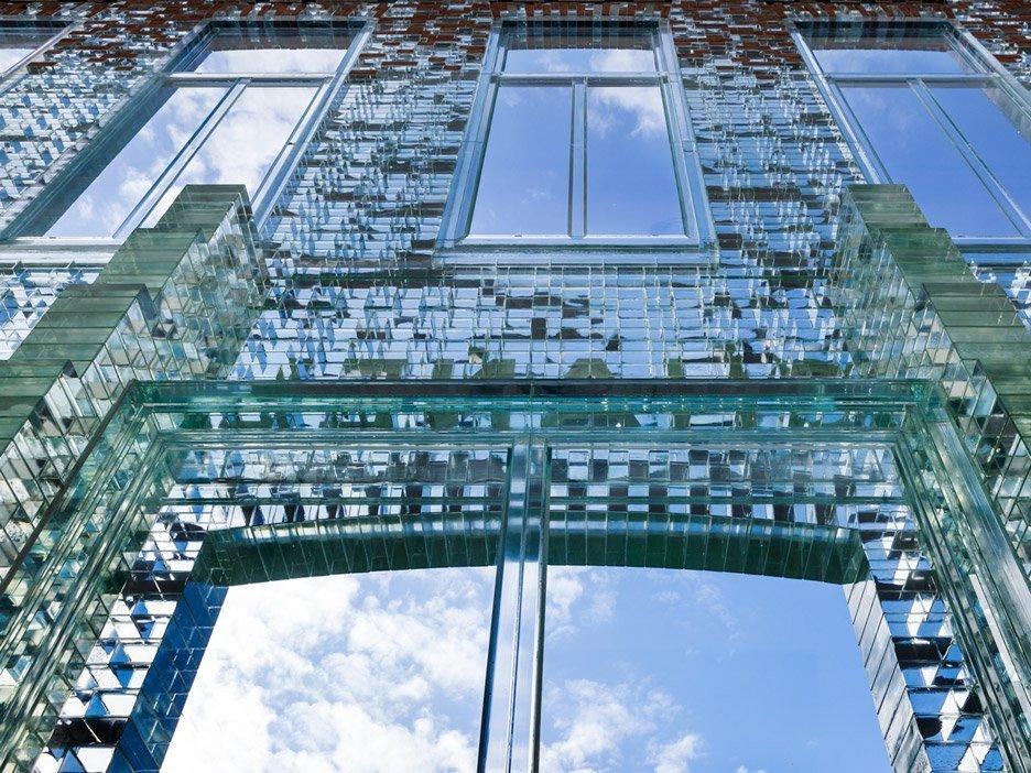 八巻多鶴子のおしゃれ通信(4):ガラスはコンクリートよりも強し!?CHANEL新店舗の大胆な改装_a0138976_14295792.jpg