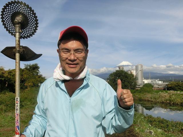 滝川の土手150mにヒガンバナの球根2,000球をジヤトコの皆さんと植付け 「そうだ!沼川プロジェクト」_f0141310_12492167.jpg