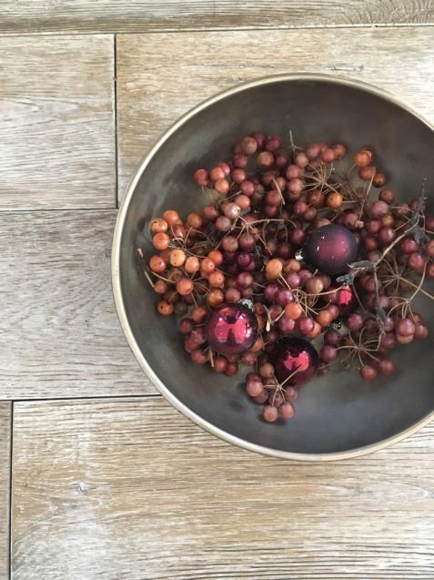 赤い実とオーナメントで身近にクリスマス支度。_f0375763_12054105.jpg