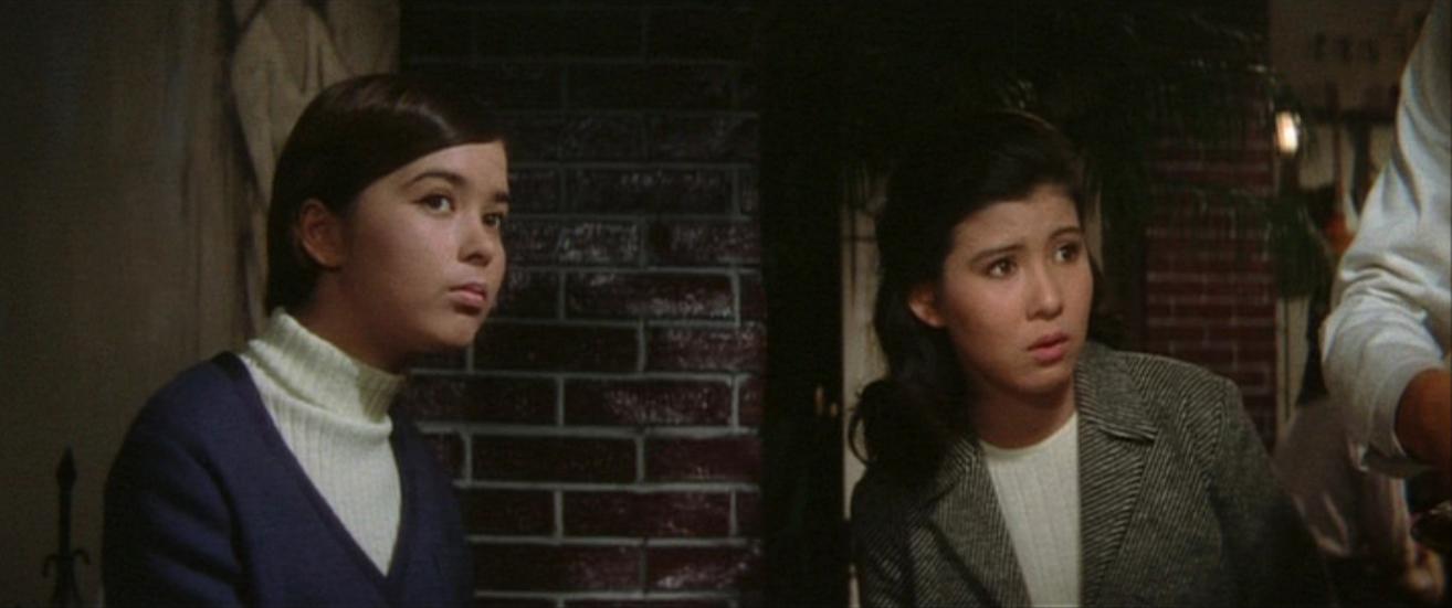 何かを不安そうに見つめる演技をするハーフアップした映画の中の十朱幸代