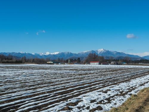 厳しい冷え込みで快晴・・中札内村の農村風景と日高山脈_f0276498_23365580.jpg