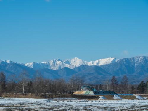 厳しい冷え込みで快晴・・中札内村の農村風景と日高山脈_f0276498_23392205.jpg
