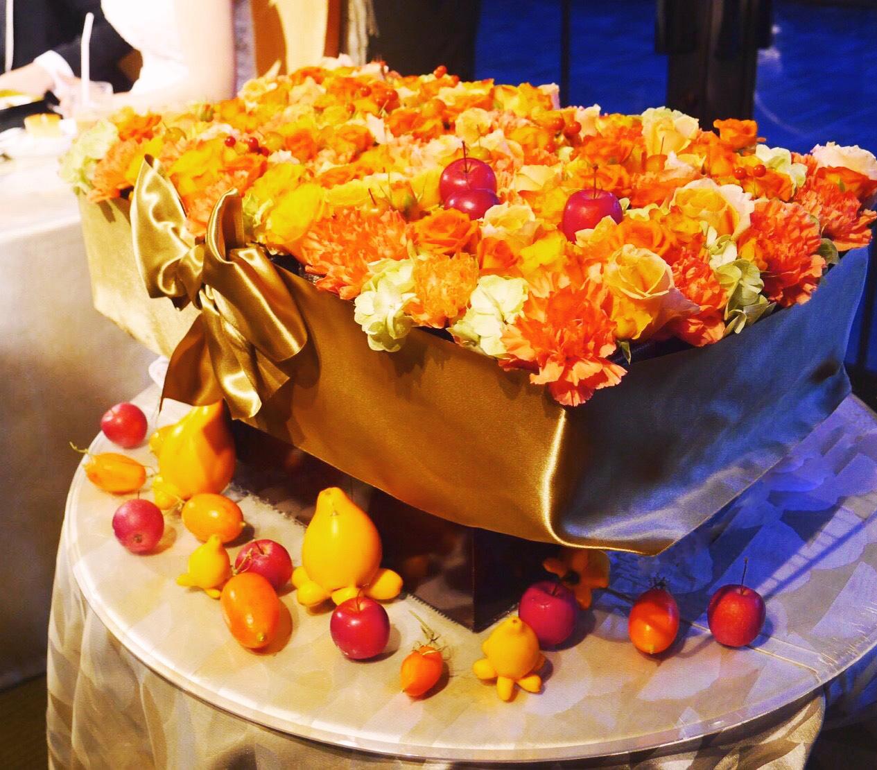 秋の装花 結婚式のフラワーケーキ、オレンジ色で28シェアに 横浜迎賓館さまへ_a0042928_12473174.jpg