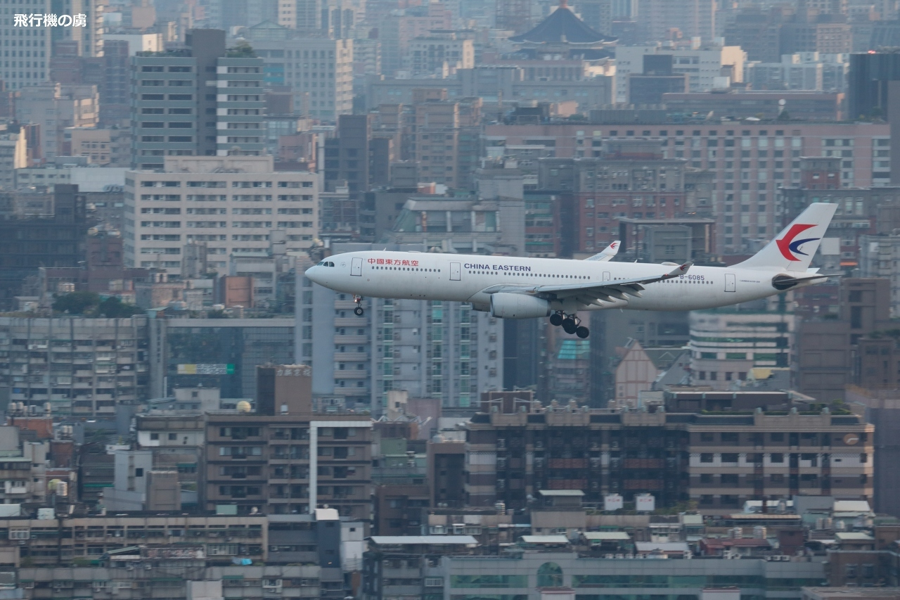 台北松山空港に着陸  A330  中国東方航空(MU)_b0313338_23512549.jpg