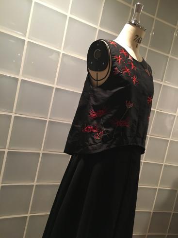 今年はなぜ、黒ドレスなのか・・・そしてこの花は何の花???_e0060341_21392995.jpg
