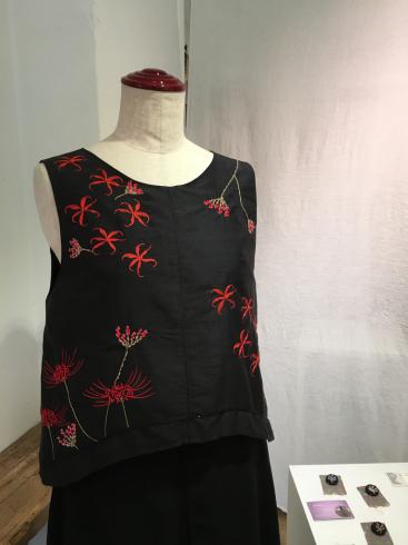 今年はなぜ、黒ドレスなのか・・・そしてこの花は何の花???_e0060341_21452940.jpg