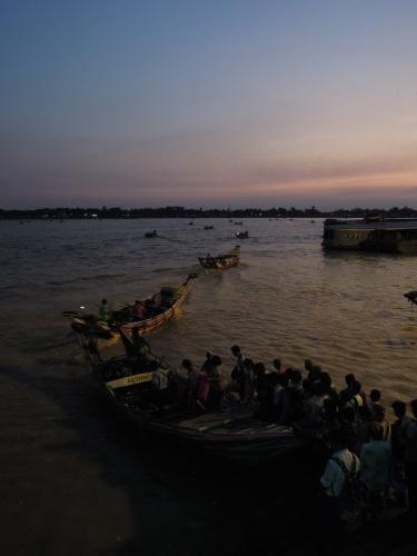 ヤンゴン川のほとり_f0055745_20371901.jpg