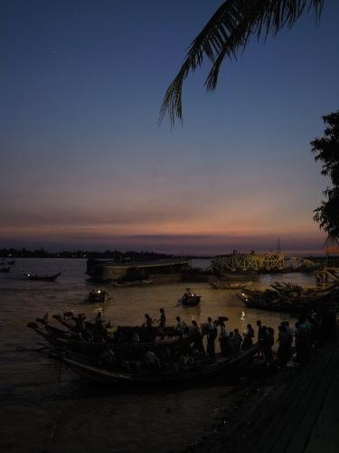 ヤンゴン川のほとり_f0055745_20371945.jpg