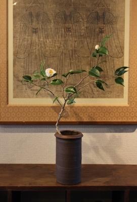 花だより 椿とオンギ壺_a0279848_14010964.jpg