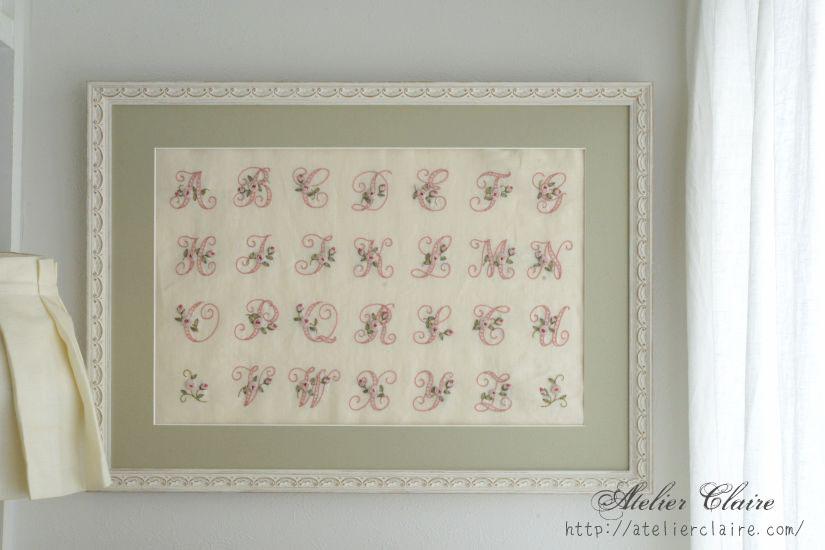 『ちいさなリボン刺繍』の中のイニシャル刺繍の花文字を額装にしてみたら①_a0157409_08465263.jpg