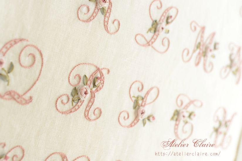 『ちいさなリボン刺繍』の中のイニシャル刺繍の花文字を額装にしてみたら②_a0157409_08474508.jpg