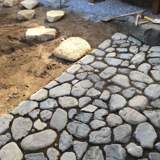 【東埼玉の家】中庭の石工事が進んでいます_e0132960_10224395.jpg