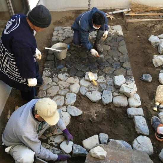 【東埼玉の家】中庭の石工事が進んでいます_e0132960_10230973.jpg