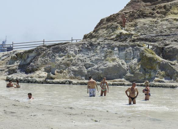 ヴルカーノ島1. 世にもワイルドな泥んこ温泉でファンゴ三昧!!_f0205783_16101172.jpg