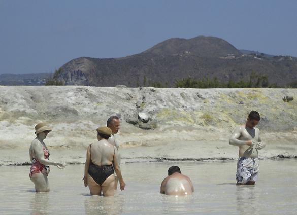 ヴルカーノ島1. 世にもワイルドな泥んこ温泉でファンゴ三昧!!_f0205783_16241548.jpg