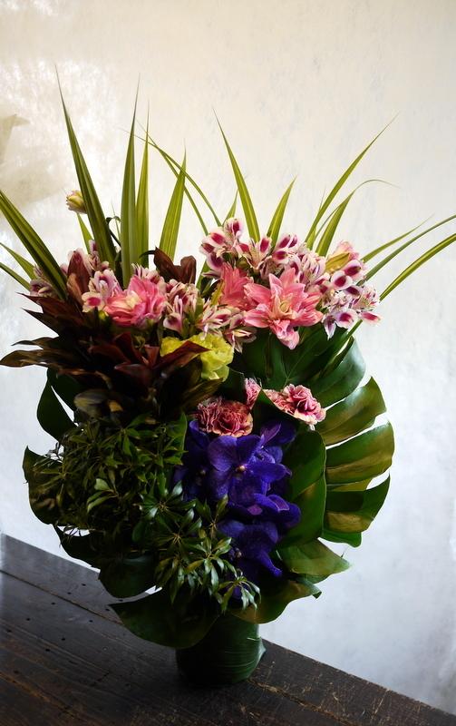 初七日に。「色を入れて華やかな感じ」。美しが丘5条にお届け。_b0171193_00524169.jpg
