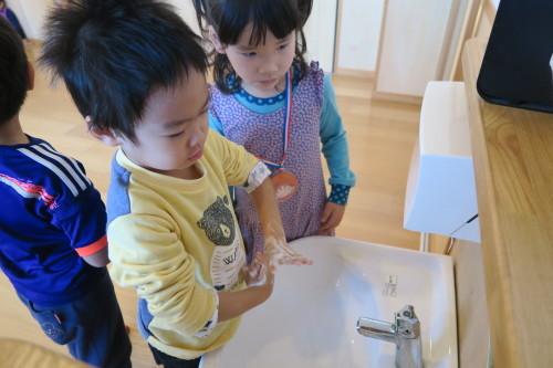うさぎ組☆きりん組☆手洗いの練習_f0327175_18253762.jpg