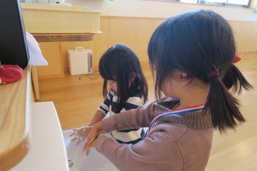 うさぎ組☆きりん組☆手洗いの練習_f0327175_16015643.jpg